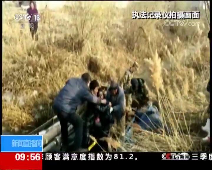 河北乐亭 货车翻车 警民齐力解救遇险人员